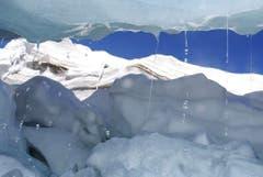 Der Feegletscher im Wallis schwitzt - und das auf einer Höhe von 3500 Metern über Meer. (Bild: Keystone)