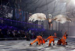 Eine Tanzperformance wird während den Eröffnungsfeierlichkeiten gehalten. (Bild: Keystone)