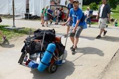 Die meisten Besucher transportieren Sack und Pack mit Wägelchen ins Tobel. (Bild: Luca Linder)