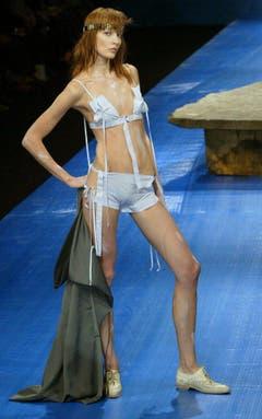 Wenn's heiss wird: Ein Outfit für den Sommer 2004. (Bild: Keystone)