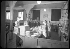 Anstehen für das Essen am 30. Juni 1941. (Bild: Bühler AG)