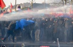 Die Polizei spritzte die Demonstranten mit einer Wasserkanone. (Bild: Keystone)
