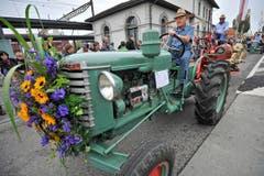 Sogar die Traktoren sind an der Wega festlich geschmückt. (Bild: Reto Martin)