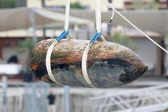 Die Fliegerbombe wird aus dem See gehoben. (Bild: Rudolf Hirtl)