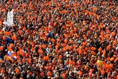 Tausende Menschen mit aufblasbaren Kronen versammelten sich auf dem Dam in Amsterdam. (Bild: Keystone)