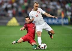Portugals Cedric (links) im Duell mit Kamil Grosicki. (Bild: Keystone)