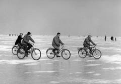 Sogar mit Velos waren die Menschen auf dem zugefrorenen Bodensee unterwegs. (Bild: Keystone)