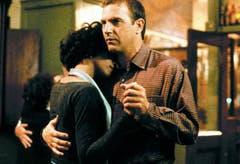 1992 gibt Whitney Houston an der Seite von Kevin Costner in «The Bodyguard» ihr Leinwanddebüt - und steuert auch gleich noch den Soundtrack dazu bei. Die Single «I Will Always Love You» bleibt 14 Wochen an der Spitze der US-Charts. (Bild: Warner Bros)