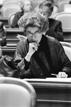 Aufmerksam studiert Lilian Uchtenhagen im März 1986 Unterlagen. (Bild: Keystone)