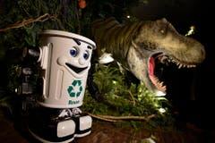 Ein Tyrannosaurus rex und ein Roboter-Abfallkübel bevölkern die Lobby. (Bild: FRANCK ROBICHON (EPA))