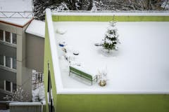 Weihnachtsstimmung auf einer Terrasse an der Felsenstrasse in St.Gallen (9.1.2017). (Bild: Urs Bucher)