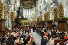 Die Kirche füllt sich vor der Einsetzungszeremonie für König Willem-Alexander. (Bild: Keystone)