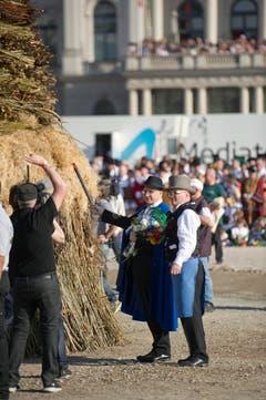 Der St.Galler Regierungspräsident Martin Gehrer entzündet den Böögg. (Bild: Urs Jaudas)