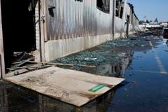 Löschwasser, vermischt mit Asche, bedeckt den Boden. (Bild: Keystone/Ennio Leanza)