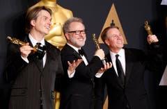«Zootopia» gilt nun als Bester animierter Spielfilm, v. l.: Byron Howard, Rich Moore and Clark Spencer. (Bild: Paul Buck/Keystone)