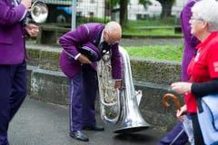 Sorgfältig stellt ein Musiker sein Instrument ab. (Bild: Michel Canonica)