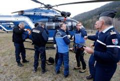 Lagebesprechung der Einsatzkräfte in Seyne-les-Alpes. (Bild: Keystone)