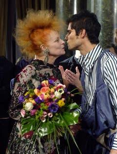 Im Januar 2002 küsst Vivienne Westwood an der Fashionshow in Mailand ein Model. (Bild: Keystone)