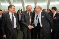 Bruno Damann (Mitte) erhält Glückwünsche vom abtretenden Regierungsrat Martin Gehrer. (Bild: Urs Bucher)