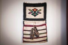 Folkloreschuhe und eine gewebte Tasche erinnern an die serbische Heimat. (Bild: Ralph Ribi)