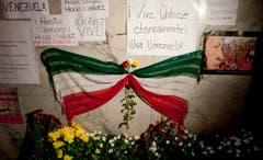 Vor der Botschaft Venezuelas in Mexiko City trauern die Menschen um Hugo Chávez. (Bild: Keystone)
