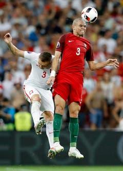 Artur Jedrzejczyk (link, Polen) mit Portugals Pepe, den Ball mit dem Kopf trifft. (Bild: Keystone)