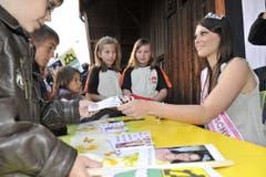 Die Autogramme der neuen Miss Ostschweiz sind begehrt. (Bild: Hanspeter Schiess)