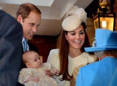 Prinz George mustert seine Urgrossmutter Queen Elisabeth genau. (Bild: Keystone)
