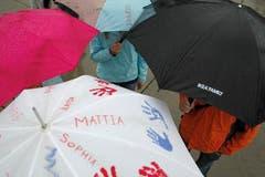 Festivalbesucher geniessen das Seenachtsfest trotz starkem Regen. (Bild: Benjamin Manser)