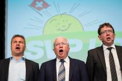 Brunner, Christoph Blocher und Albert Rösti singen die Nationalhymne. (Bild: Keystone)
