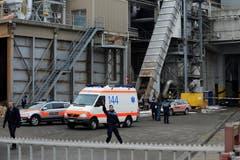 Vor Ort bei der Kronospan war ein Grossaufgebot der Polizei. (Bild: Boris Bürgisser / Neue LZ)