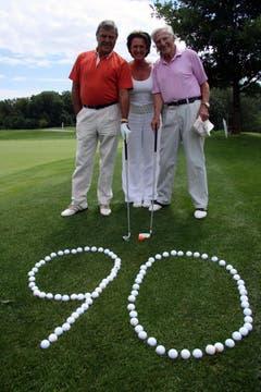 Symbolischer Abschlag: 90 Golfbälle - und einer fürs neue Lebensjahr: Geburtstagskind Ferdy Kübler mit seiner Ehefrau Christina und Unternehmer Hans Leutenegger 2009. (Bild: Archiv LZ)