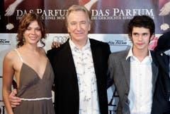 """Schauspieler Jessica Schwarz, Alan Rickman und Ben Whishaw (von links) posieren vor Beginn der Premiere des Spielfilmes """"Das Parfum"""" in München. (Bild: Keystone)"""