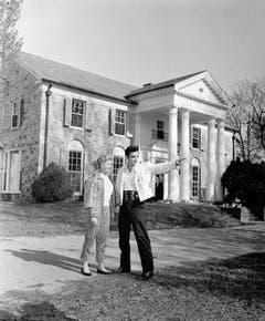 Elvis Presley zeigt dem Hollywood-Starlet Yvonne Lime sein neues Zuhause Graceland. Er kaufte das Haus für 100'000 Dollar. (Bild: Keystone)
