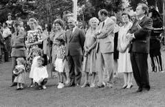 Der jordanische König Hussein I. besucht am 19. September 1987 die Rütliwiese. Auf dem Bild von links nach rechts: Unidentifizierter Offizier, Königin Nur von Jordanien, unidentifizierte Frau, Hussein I., Frau Aubert, Bundespräsident Pierre Aubert, Trudi Stich und Bundesrat Otto Stich. (Bild: Keystone)
