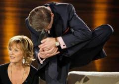 """2008 schlägt Jauch bei """"Wetten dass...?"""" seine Füsse hinter den Kopf. Neben ihm die Schauspielerin Ulrike Kriener. (Bild: Keystone)"""