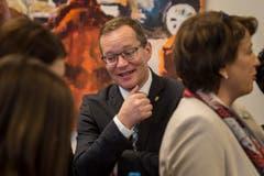 Walter Schönholzer verfolgt im Wahlzentrum die Resultate. (Bild: Reto Martin)