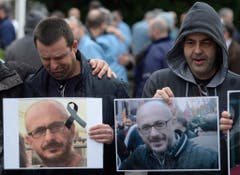 Untröstlich: Diese beiden Männer haben beim Flugzeugabsturz einen Kollegen verloren. (Bild: Keystone)
