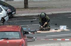 Ein Bombenspezialist am Unfallort. (Bild: Keystone)