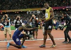 Ehrwürdig: Der US-Amerikaner Justin Gatlin bezwang im 100-m-WM-Final den grossen Favoriten Usain Bolt, zollte dem abtretenden Leichtathletik-Superstar aus Jamaika aber den gebührenden Respekt. (Bild: TIM IRELAND (AP))