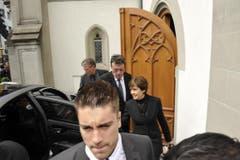 Paola Felix verlässt die Kirche nach der Abdankung. (Bild: Hanspeter Schiess)
