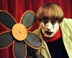 Aussdrucksstarker Mime: Dimitris Gesicht spricht Bände bei einem Auftritt in seinem Theater in Verscio 1998. (Bild: KARL MATHIS (KEYSTONE))