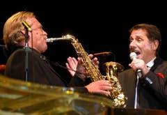 Performance zusammen mit seinem langjährigen Bandleader Pepe Lienhard, am 3. Oktober 2003, im Hallenstadion. (Bild: Keystone)