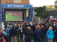 Gebannt verfolgen die Menschen in Reykjavik das Spiel Polen - Portugal im Public Viewing. (Bild: Marion Loher)