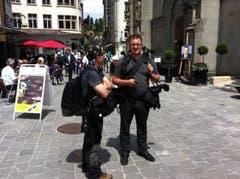 Bereits seit Mittag warten Medienschaffende vor der Laurenzenkirche. (Bild: Diana Bula)