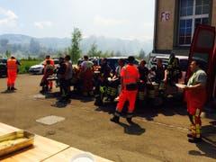 Die Löscharbeiten sind unheimlich anstrengend, die Feuerwehrleute müssen häufig abgelöst werden. (Bild: Daniel Wirth)