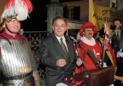 Der scheidende Bundesrat Otto Stich wurde am 31. Oktober 1995 in seiner Wohngemeinde in Dornach von den Mitgliedern der Magdalenenzunft empfangen. (Bild: Keystone)