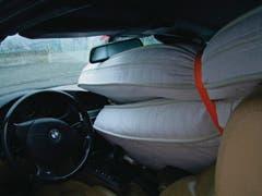 Bis unter den Rückspiegel hat der Lenker dieses Autos Matratzen in seinen Wagen gepackt. (Bild: Kantonspolizei St.Gallen)