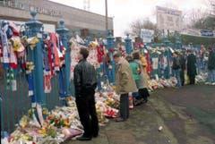 Zwei Tage nach dem verhängnisvollen Match zwischen Nottingham Forest und Liverpool: Schals und Blumen vor dem Hillsborough-Stadion. (Bild: Keystone)