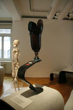 Laufprothese, Verbund aus Carbonfaser. Übt der Läufer Druck auf den Fuss aus, entsteht wie bei einer Feder Energie, die ihn vorwärts katapultiert. (Quelle: Textilmuseum) (Bild: Johannes Wey)
